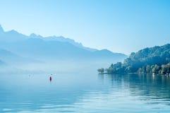 Sjö och berg i Annecy, Frankrike Arkivbild
