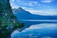 Sjö och berg i Bali Arkivfoton