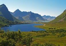 Sjö och berg i den Lofoten ön Fotografering för Bildbyråer