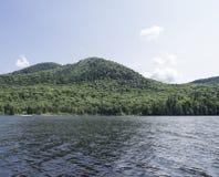 Sjö och berg med träd Arkivbilder