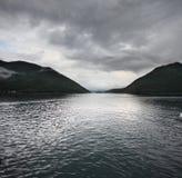Sjö- och berglandskap Arkivbild