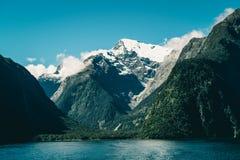 Sjö- och berglandskap i Nya Zeeland Arkivfoto