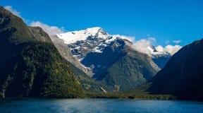 Sjö- och berglandskap i Nya Zeeland Royaltyfria Bilder