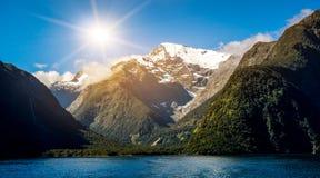Sjö- och berglandskap i Nya Zeeland Royaltyfri Foto