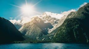 Sjö- och berglandskap i Nya Zeeland Fotografering för Bildbyråer