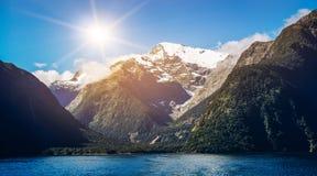 Sjö- och berglandskap i Nya Zeeland Arkivbilder