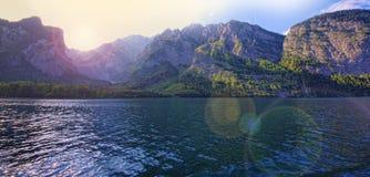 Sjö- och berglandskap med linssignalljuset Arkivbild
