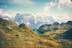 Sjö- och berglandskapet i Abchazien med annonsen för blå himmel fördunklar Arkivbilder