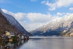 Sjö- och bergsikt av Hallstatt, Österrike Fotografering för Bildbyråer