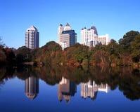 Sjö och kontorsbyggnader, Atlanta, USA. Royaltyfri Bild