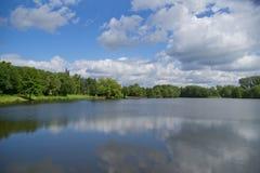 Sjö och moln 1 Arkivfoto