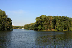 Sjö och natur i trevligt Royaltyfri Bild