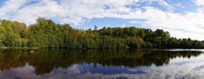 Sjö- och skogpanorama Arkivfoto