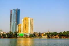 Sjö och skyskrapor med blå himmel Royaltyfria Bilder