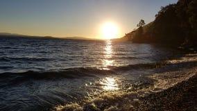 Sjö och sol arkivbild