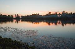Sjö och solnedgång Royaltyfri Bild