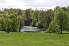 Sjö och trädgårdar av det Kenwood huset i Hampstead London UK arkivbilder