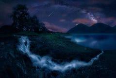 Sjö och Vintergatan royaltyfri fotografi