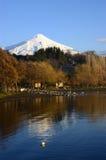 Sjö och Volcano Villarrica Royaltyfri Fotografi