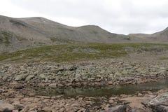 Sjö på överkanten av berget Arkivfoto