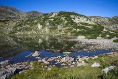 Sjö på det Rila berget Royaltyfri Bild