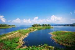 Sjö på en solig dag och en blå himmel Fotografering för Bildbyråer