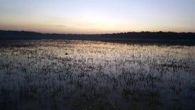 Sjö på solnedgång-solnedgången arkivfoto
