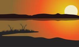 Sjö på solnedgånglandskapet Arkivfoto
