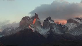 Sjö Pehoe på gryning chile del paine torres stock video