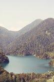 Sjö Ritsa och de Kaukasus bergen i Abchazien Fotografering för Bildbyråer