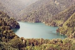 Sjö Ritsa och de Kaukasus bergen i Abchazien Arkivbilder