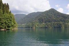 Sjö Ritsa som lokaliseras i den nordliga delen av Abchazien, Royaltyfri Fotografi