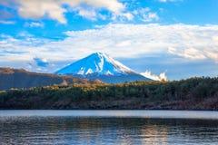 Sjö Saiko, Mount Fuji och ljusa moln Fotografering för Bildbyråer