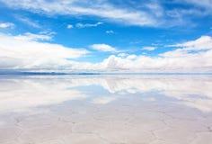 Sjö Salar de Uyuni med ett tunt lager av vatten Arkivbild