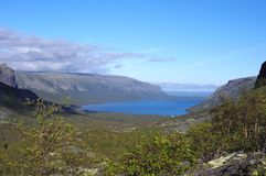 Sjö Seydyavr bak norra polcirkeln på Kola Peninsula Arkivbilder