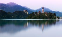 Sjö som blödas i aftonljus, Slovenien Arkivbilder