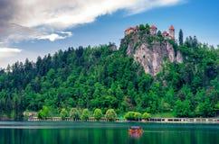 Sjö som blödas med slotten i Slovenien Arkivbild