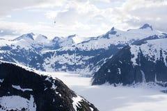 Is- sjö som omges av berg Arkivbild