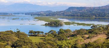 Sjö Suchitlan som ses från Suchitoto Arkivfoton