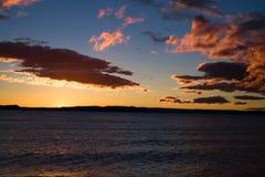 Sjö Taupo på solnedgången Arkivbild