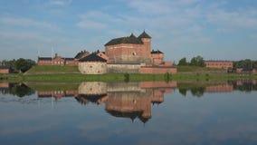 Sjö Vanajavesi med och den gamla fästningen av Hameenlinna finland lager videofilmer
