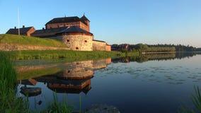 Sjö Vanajavesi och den forntida fästningen av Hameenlinna finland lager videofilmer