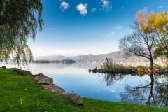 Sjö Varese från Cazzago Brabbia, Italien Nice och solig dag för tystnad på sjön arkivfoton