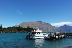 Sjö Wakatipu och Remarkablesen Royaltyfria Bilder