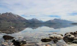 Sjö Wakatipu, på vägen till Glenorchy, Nya Zeeland Fotografering för Bildbyråer