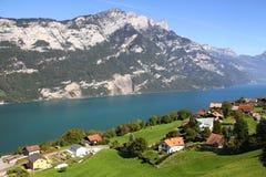 Sjö Walensee i de schweiziska fjällängarna, Schweiz Arkivfoto