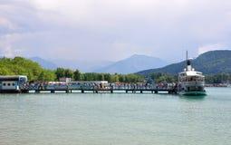 Sjö Woerthersee, Österrike - Juni 3, 2017: Pir med fartyget royaltyfri foto
