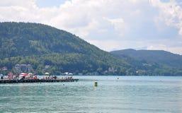 Sjö Woerthersee, Österrike - Juni 3, 2017: Sjöplats med pir arkivbild