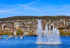 Sjö Zurich och staden av Zurich i höst Arkivbilder