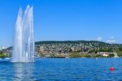 Sjö Zurich och staden av Zurich i Schweiz Royaltyfria Foton